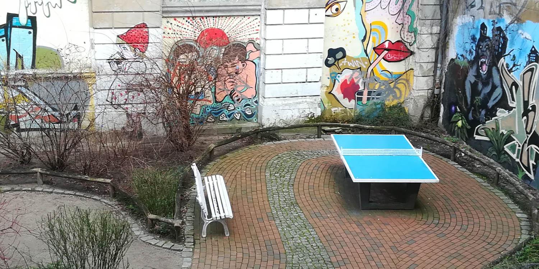 Außenbereich vom BUK mit einer Tischtennisplatte