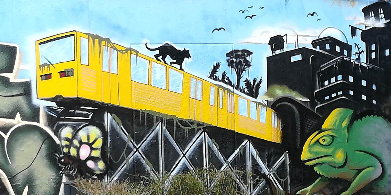 Eine Wandmalerei von einer Ubahn und ein Stadt