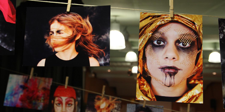An einem Seil aufgehängte Fotos von Frauen