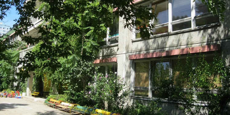Hausfassade der Kita mit vielen Pflanzen