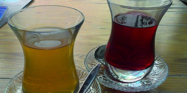 Zwei Gläser Tee stehen auf einem Tisch.