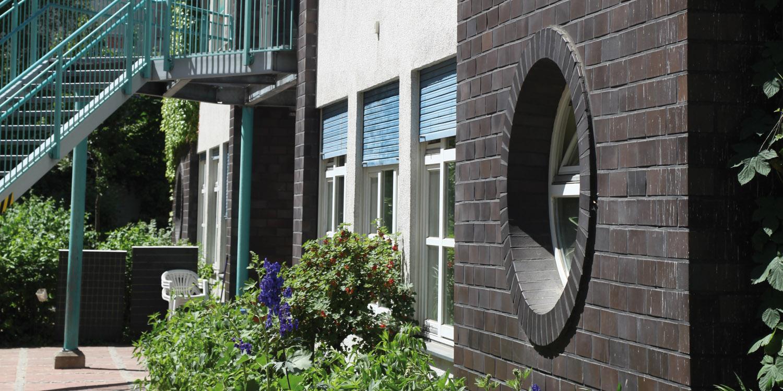 Hausfassade der Kita mit Pflanzen an der Fassade