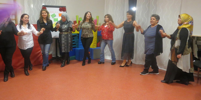 Mehrere Frauen, die im Halbkreis tanzen
