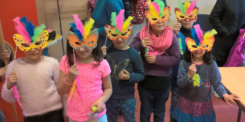 Sechs Kinder mit einer Schmetterlingsmaske