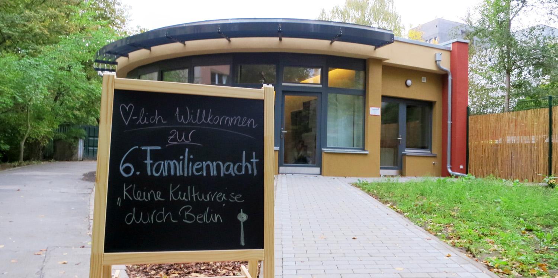 Gebäude Familienzentrum mit einem Willkommens-Schild davor