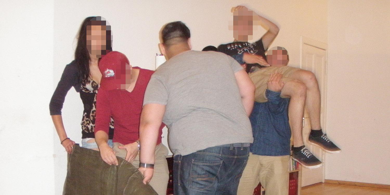 Man sieht fünf Personen auf dem Bild, davon wird eine person hochgehoben, im Hintergrund kann man noch eine Cap von einer sechsten Person sehen