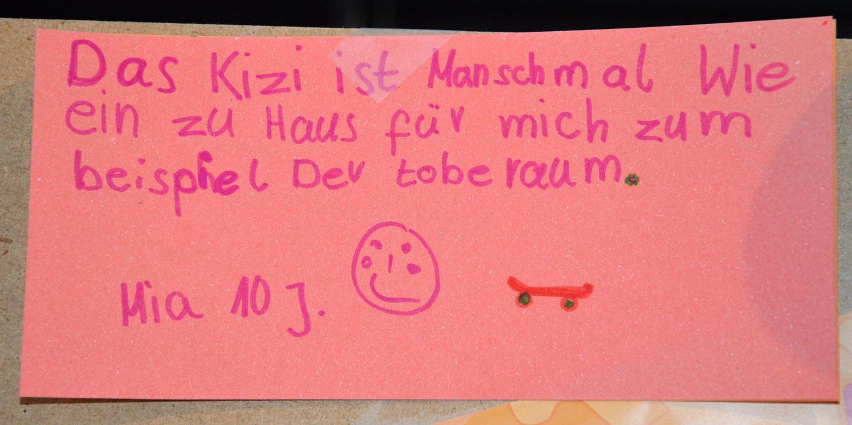 Ein Zettel mit einer Nachricht drauf. Der Zettel wurde von einem zehn Jährigen Mädchen geschrieben