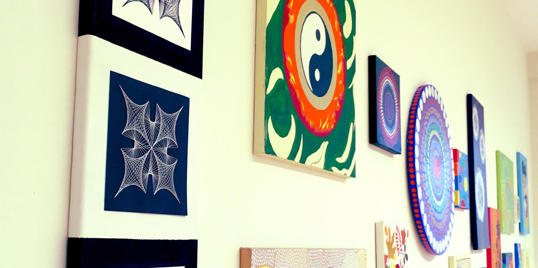 Mehrere Bilder an einer Wand