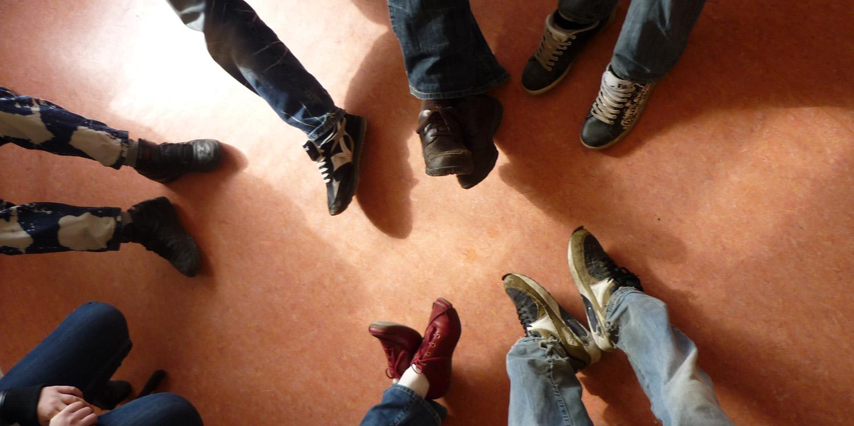 Mehrere Beine mit Schuhen