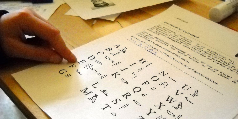 Ein Blatt mit Hieroglyphen mit dem jeweiligen Buchstaben aus dem lateinischem Alphabet
