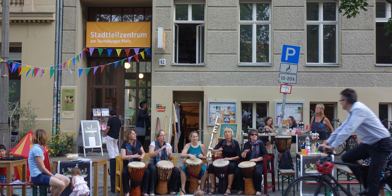 Trommelband vor dem Stadtteilzentrum am Teutoburger Platz