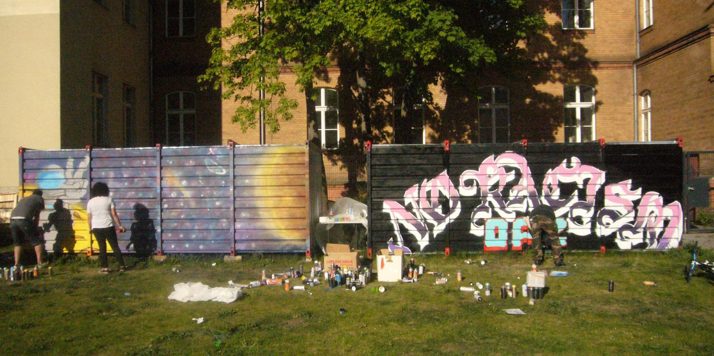 Zwei Wände mit Graffiti