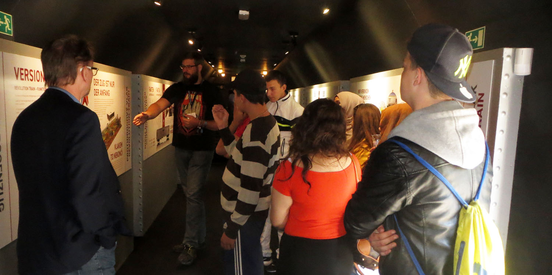 Praxislerngruppe bei ihrem Auflug zum Revolution Train, der sich mit dem Thema Sucht- und Drogenprävention beschäftigt