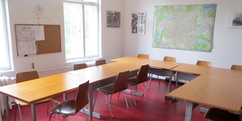Tische und Stühle im Unterrichtsraum Praxislernen