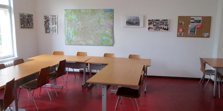 Tische und Stühle im Praxislernraum