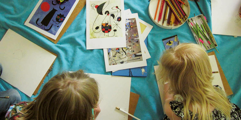 Drei Kinder die Bilder abzeichnen