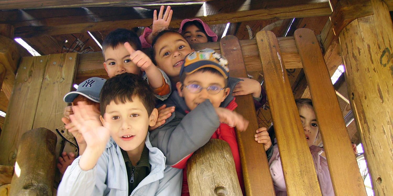 Mehrere Kinder, die auf einem Klettergerüst sind