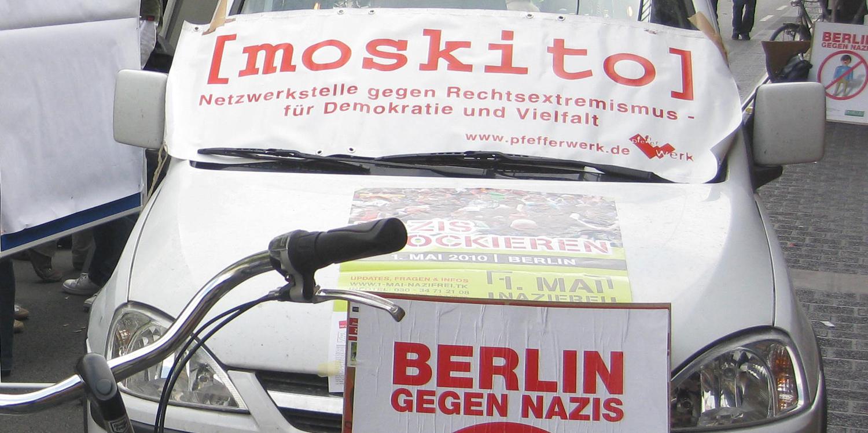 Ein Auto mit einem Banner, auf dem der Schriftzug von moskito ist