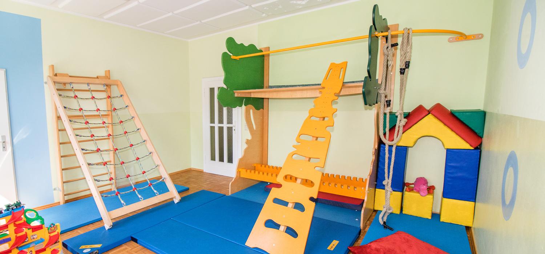Zwei Gerüste zum Klettern in einem Raum mit Matten auf dem Boden