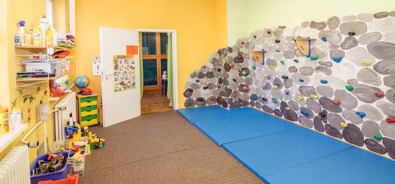 Ein weiterer Raum mit spielzeug und einer kleinen Kletterwand