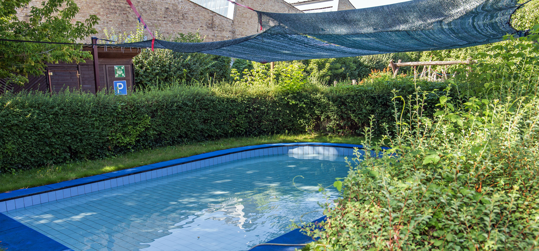 Ein kleines Schwimmbecken, das draußen steht