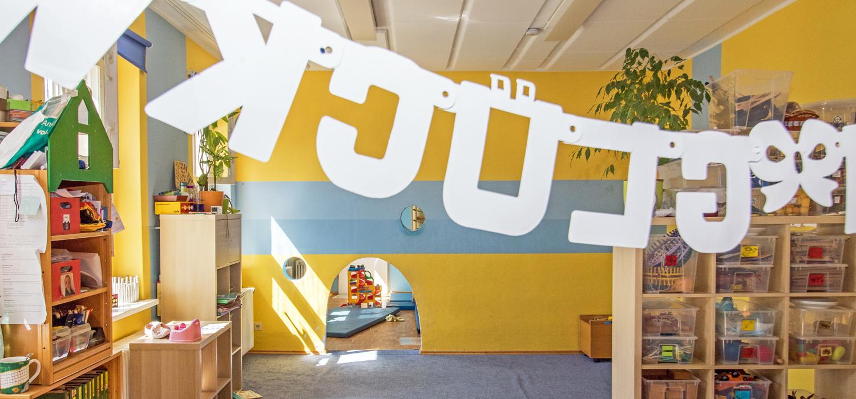 Ein weiterer Aufenthaltsraum, der mit einer Girlande geschmückt ist. Auf der Girlande steht irgendetwas mit Glück
