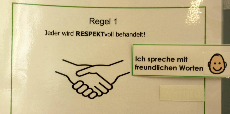 """Aufgeschriebene Regeln, wie """"alle werden respektvoll behandelt"""" stehen an einem Flipchart und gelten für alle Schüler/innen."""