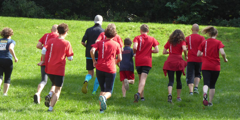 Sportbegeisterte Kolleg/innen laufen im Pfefferwerk-Team bei der Pankower RENNsation für den Kinderschutz rund um den Weißen See