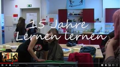 Weißer Schriftzug 15 Jahre Lernen lernen, im Hintergrund sind zwei Jugendliche.