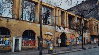 Alte Frontansicht des Pfefferberges mit Grafitti