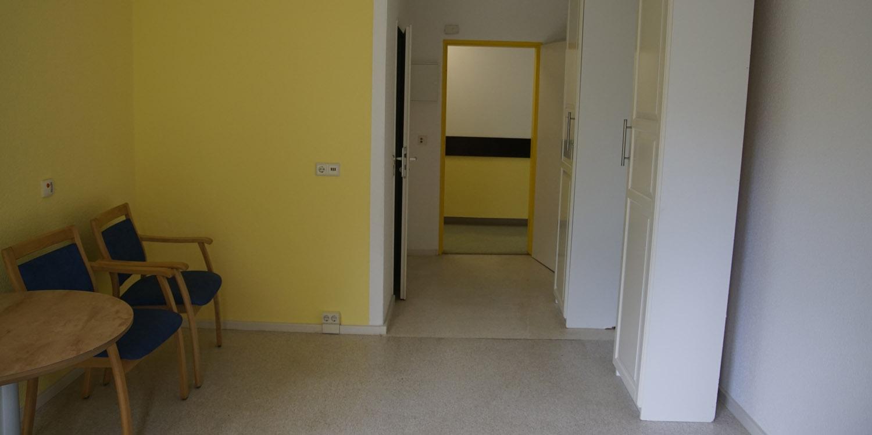 Blick in ein Zimmer mit gelben Wänden