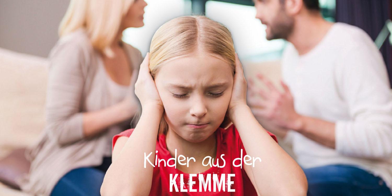 Ein Mädchen hält sich die Ohren zu, während sich die Eltern im Hintergrund streiten.