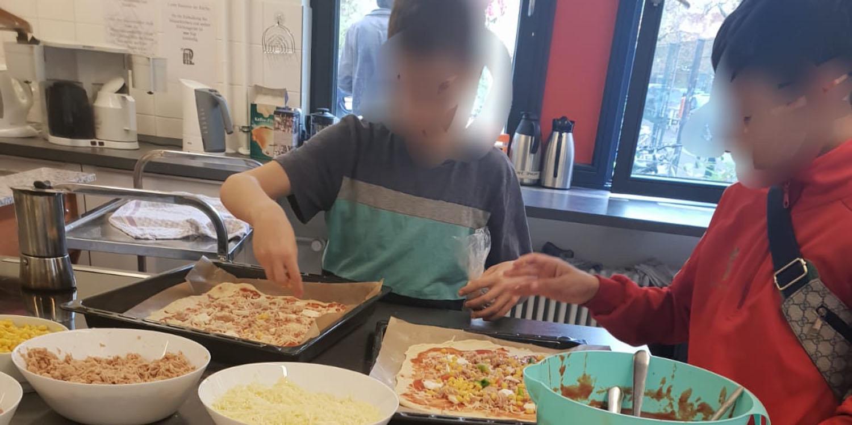 Beim Pizzabacken