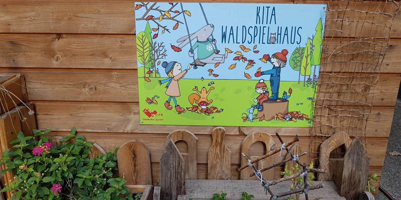 """Schild """"Kita Waldspielhaus"""""""