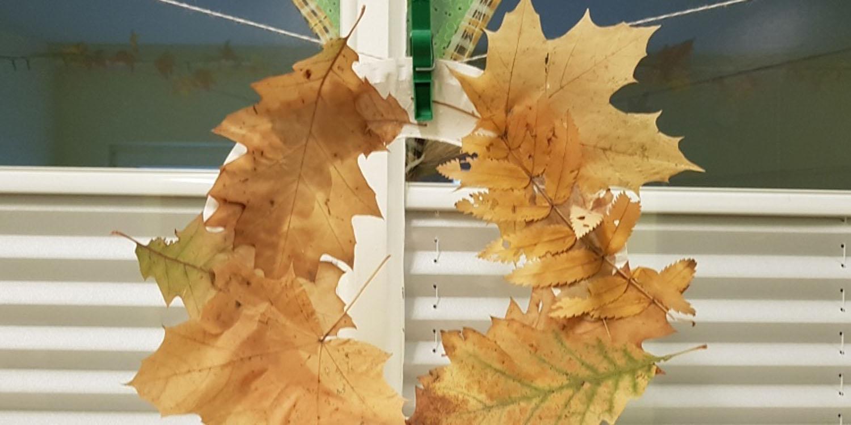 Blätterkranz aus herbstlich gefärbten Blättern