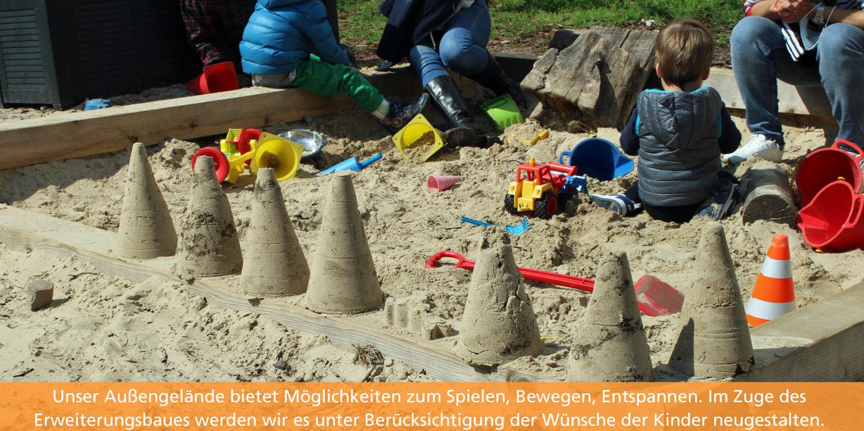 Kinder sitzen im Buddelkasten und bauen Sandburgen.