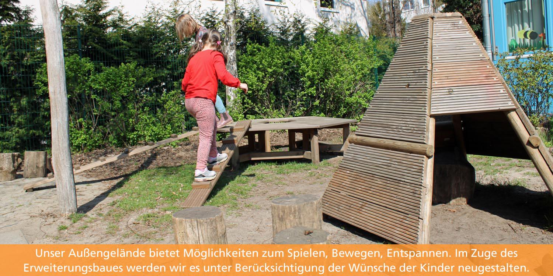 Ein Mädchen balanciert auf einem Balken zu einem Sechseck aus Holz.