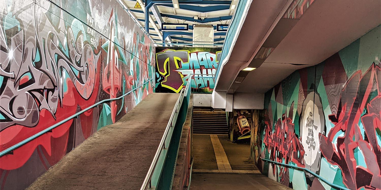 U-Bahnhof mit Grafitti und Treppe
